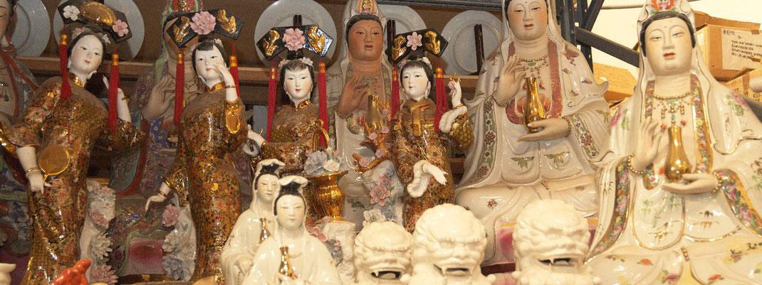 Porzellanfiguren von asiatischen jungen Frauen in tanzender Pose und Guanyin, Götting der Barmherzigkeit.
