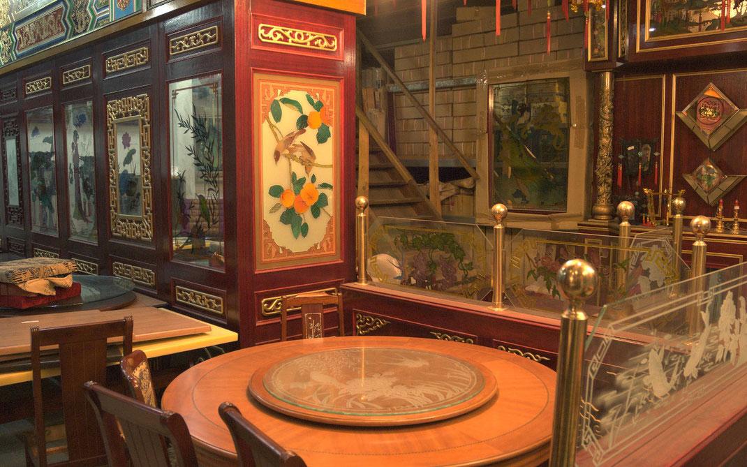 Bei uns finden Sie neben asiatische Rundtische und Stühle auch Holzdekorationen und Lampen für Ihre Einrichtung.