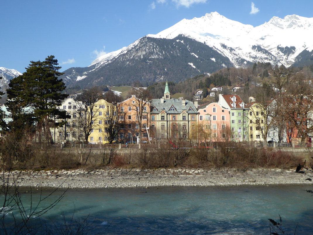 Spaziergang am Fluss entlang in Innsbruck