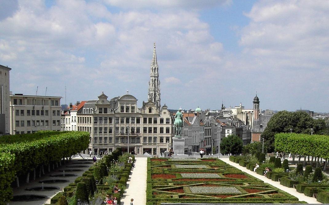 Brüssel zu Fuß erkunden. Ein Spaziergang entlang der Rue Royale. Hier der Blick vom Place Royale in Brüssel über die Stadt.