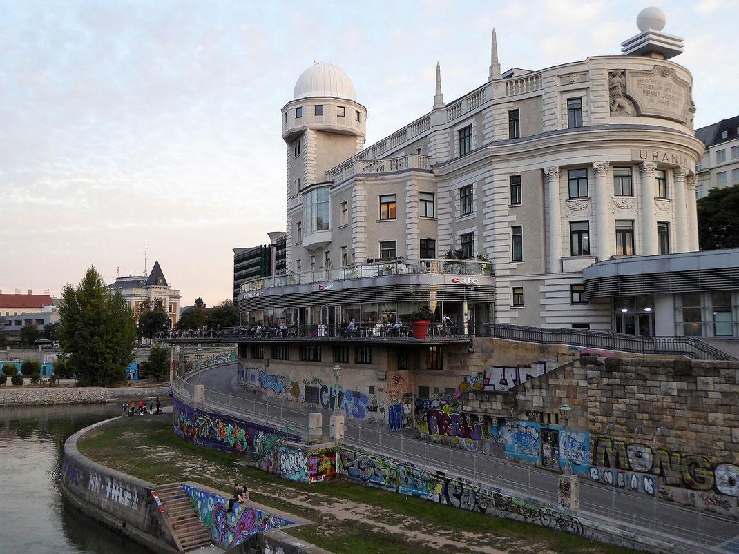 Blick auf den Wiener Donaukanal und auf ein alternatives Wien