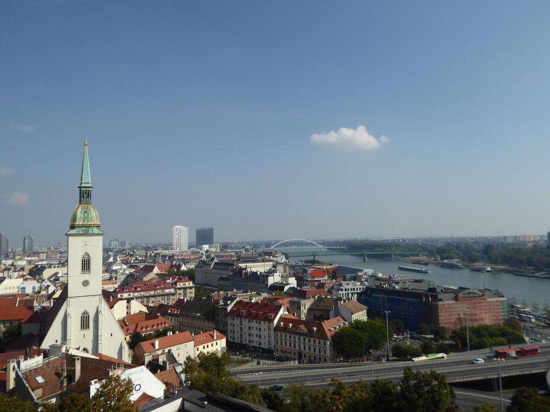 Tagesausflug nach Bratislava; Blick über Altstadt und Donau