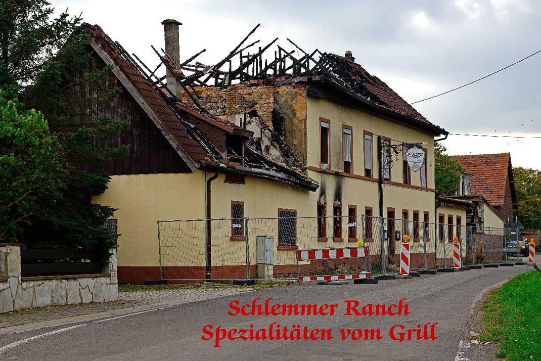 """Nackterhof; Ruine """"Schlemmer Ranch"""" nach Brand."""
