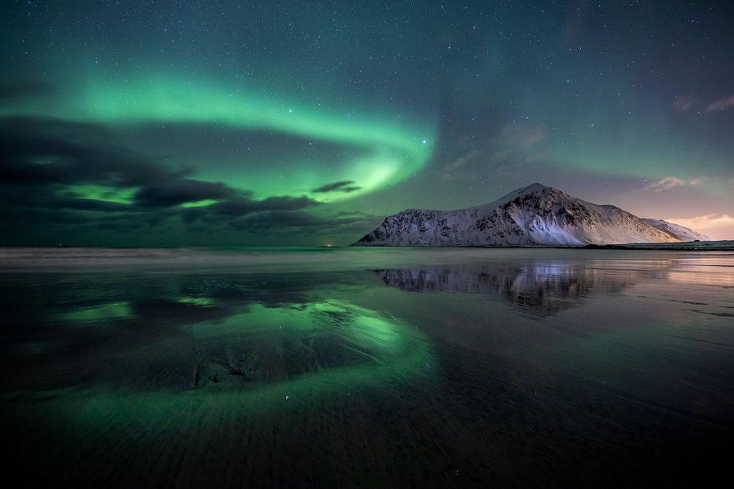 Persönlich mein bisheriges Polarlicht-Lieblingsbild: Die Kreisform des Lichts und die Spieglung im Meer waren fantastisch