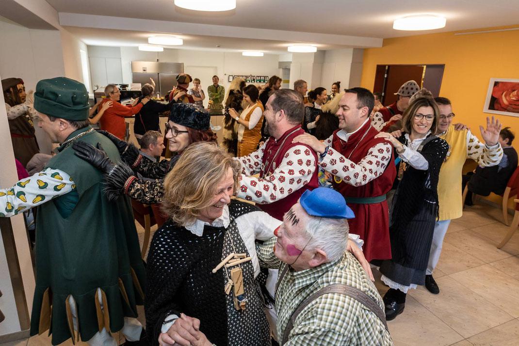 Dieser Heimbewohner geniesst den Tanz mit Wöschwyb Esther und lässt sich von der Polonaise nicht beirren