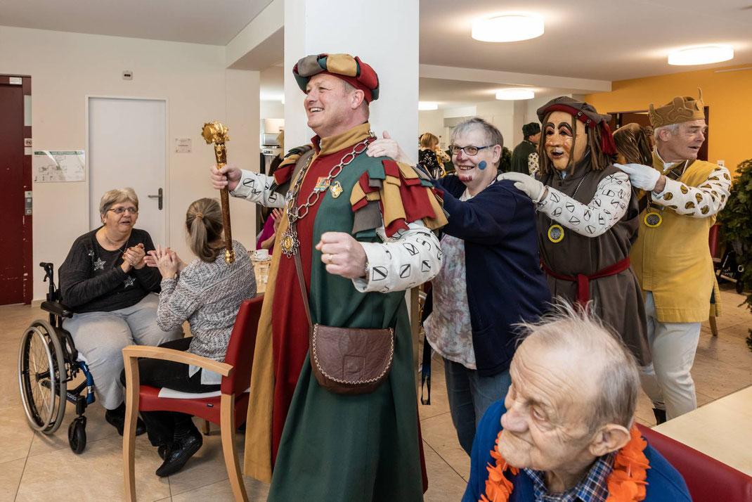 Zunftmeister Kneubi-Schweiz führt die Polonaise im Alterszentrum Breiten an