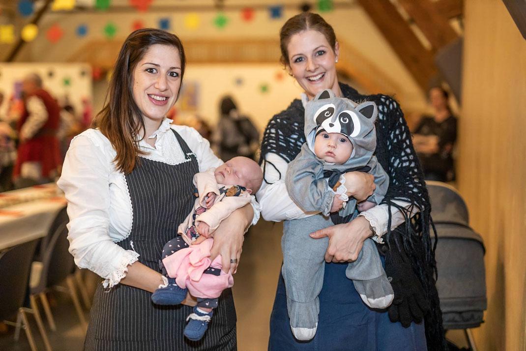 Beste Voraussetzungen für nachhaltiges Wöschwyber-Brauchtum: Sandy mit Emely und Nadja mit Noel