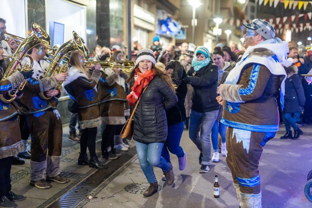 Big Party mitten in der Hauptgasse: Polonaise eines begeisterten Publikums