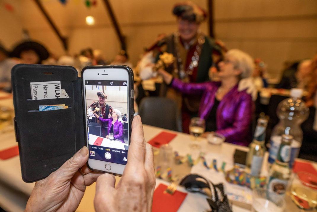 Der meistgeknipste Mann der Seniorenfasnacht: der rüstige Kneubi-Schweiz im Fokus