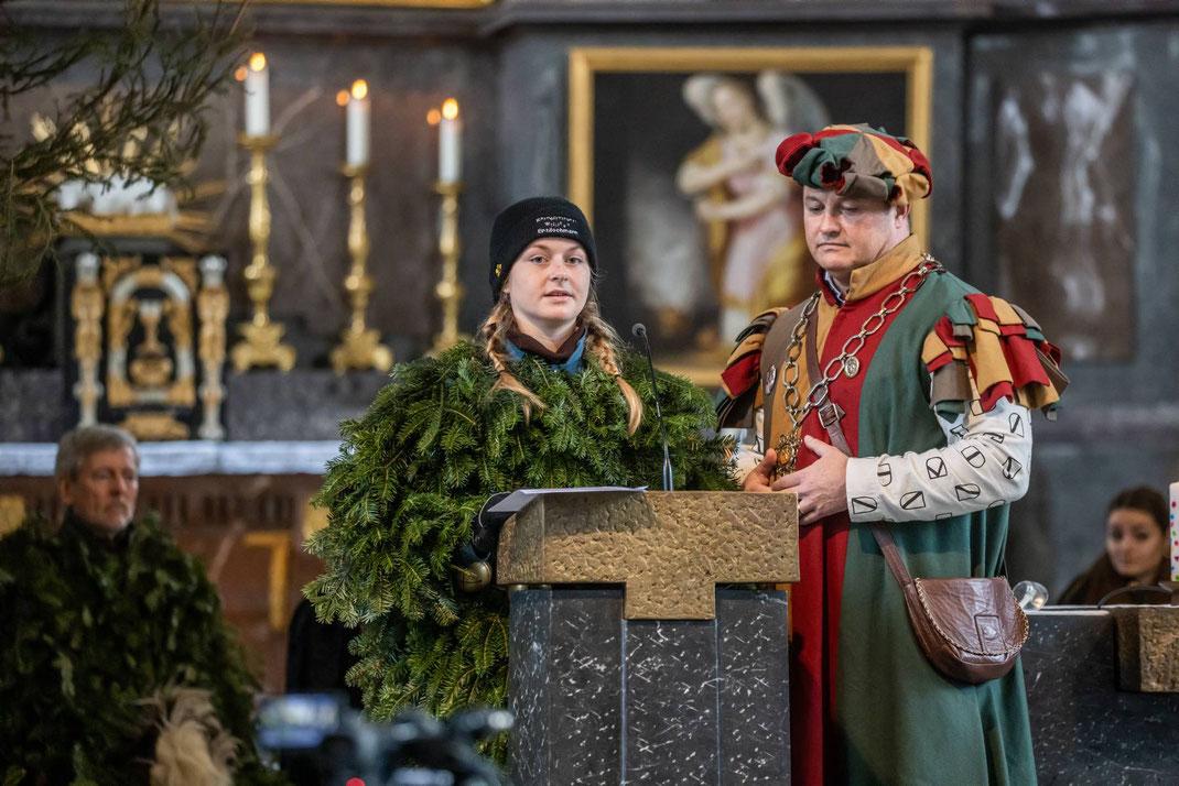 Zunftmeister Kneubi-Schweis liest zusammen mit dem Enzilochmeitschi die Fürbitten