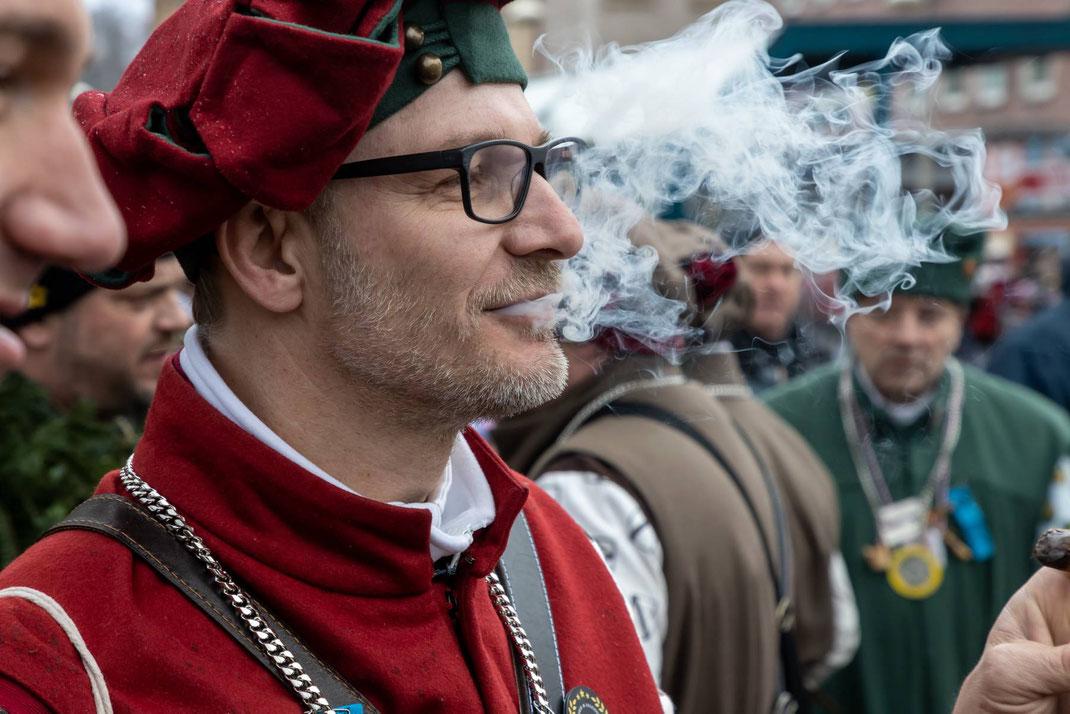 Edi, dem Denker, raucht der Kopf schon vor Umzugsbeginn...