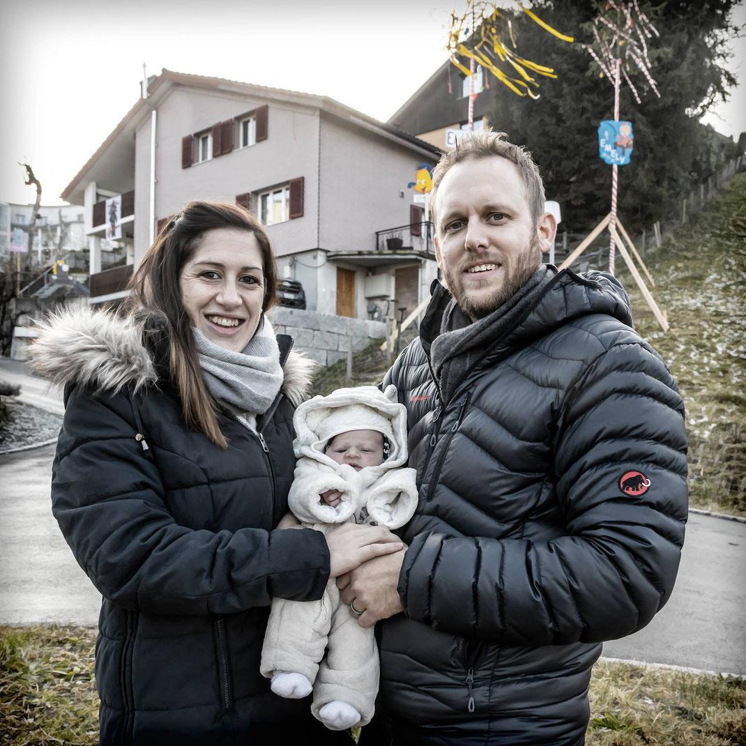 Sandy, Emely und Feschi Fischer vor ihrem prächtig geschmückten Heim