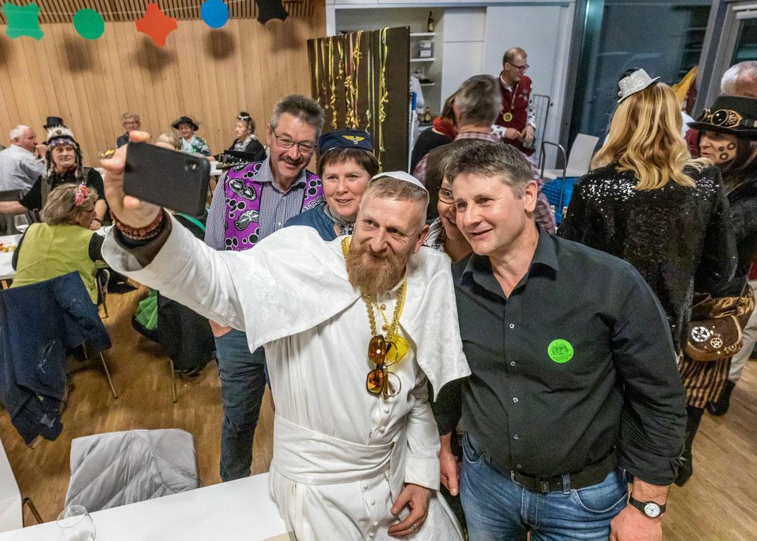 """MegaGeil: Selfie mit HH Papst Franziskus der Luzerner Gruppe """"urbi@orbi"""""""