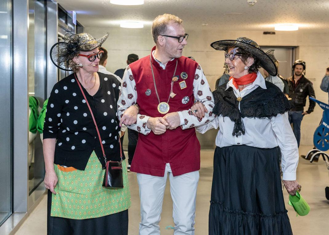 """Galanter Empfang für die treuen Sprächlerinnen Lisbeth & Romy: """"Rose"""" Edi führt die Rätschwyber zu ihrem legendären Auftritt"""