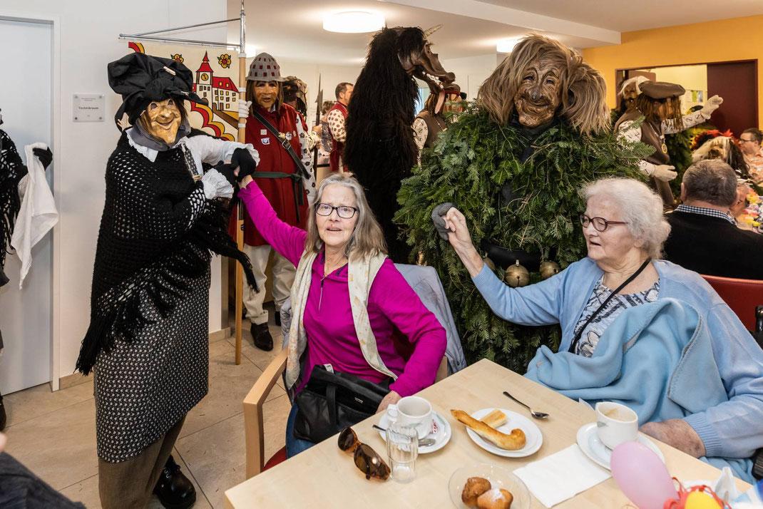 Alle feiern mit: Wöschwyb, Stadttier und Enzilochmann mit Bewohnerinnen im Alterszentrum Breiten