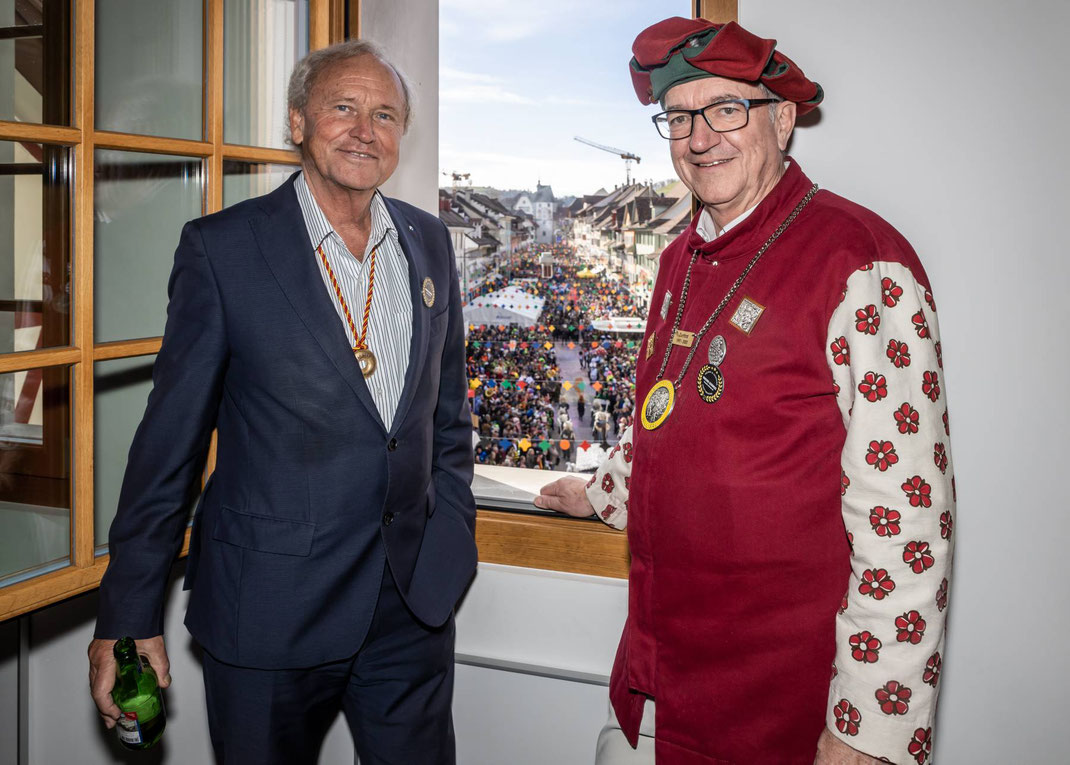Zeigt sich auch als Sanfranzünftler tief beeindruckt: Regierungspräsident Paul Winiker geniesst zusammen mit Robert Küng die Aussicht vom Unteren Tor auf das Narrentreiben im Städtli