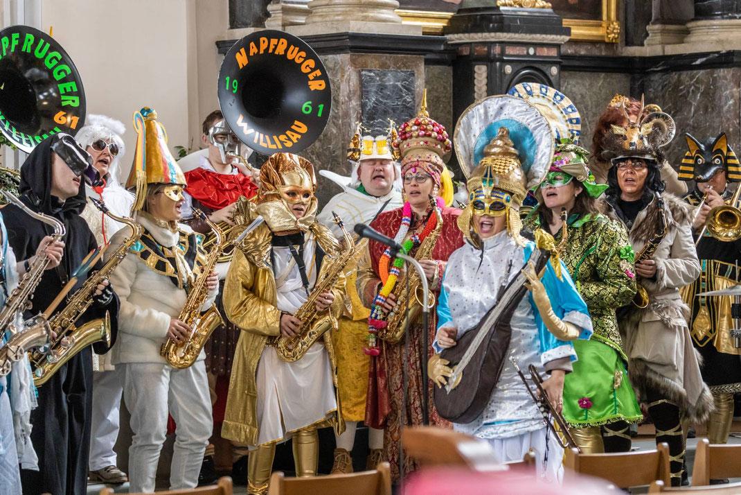 Eine weltoffene Kirche: Göttinnen und Götter aus aller Welt (einheimische Napfruugger) sorgten für angemessene musikalische Begleitung.