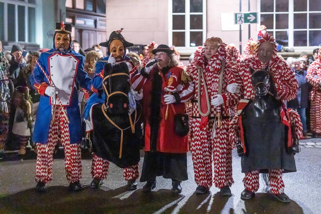 Die Karbatschenschnellen mit Sängern der Plätzlerzunft Altdorf-Weingarten während ihrer abendlichen Brauchtumsvorführung am Holzmarkt.