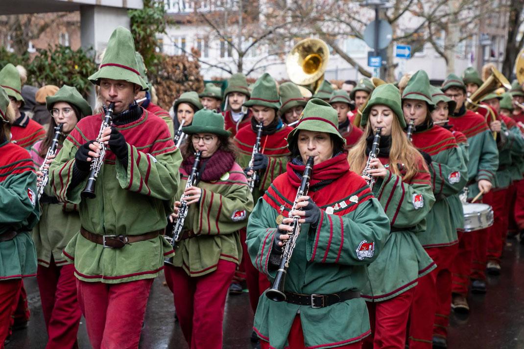 Oft werden die teilweise mehrere hundert Personen starken Zünfte von der eigenen Musik begleitet, wie hier die Narrenzunft Kisslegger Hudelmale e.V.