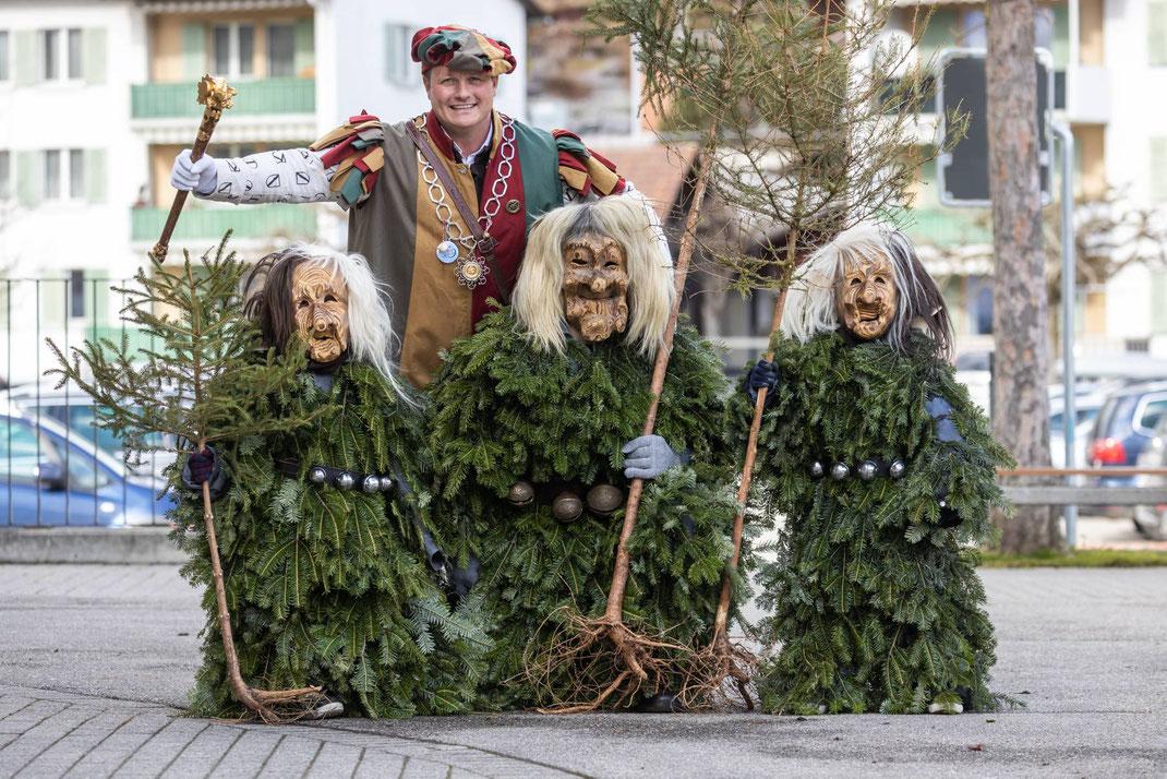Zunftmeister Kneubi-Schweiz posiert mit den jüngsten und dem ältesten Enzilochmann bzw. -meitschi (links)