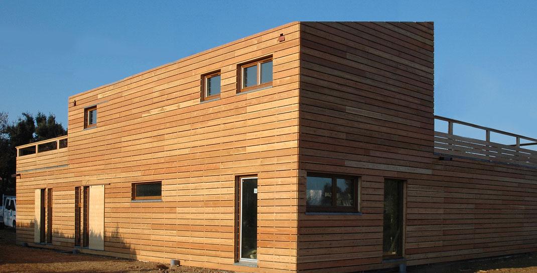 Maison en bois de 2 niveaux réalisée par la charpenterie de la