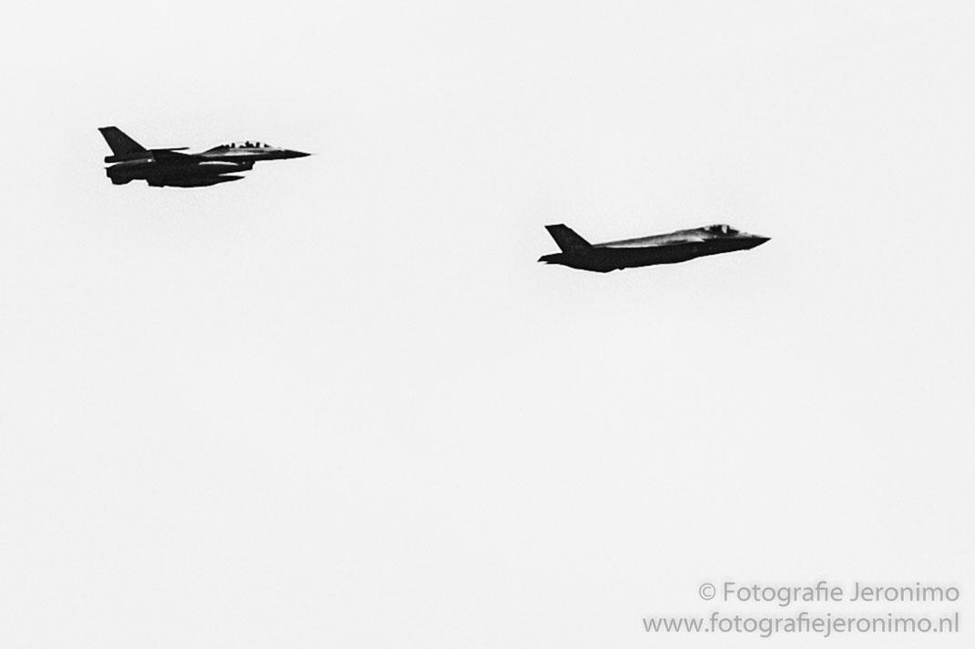 Links de F16 en rechts de F35 (JSF) welke om 15.41 uur door het luchtruim boven Nispen vlogen !