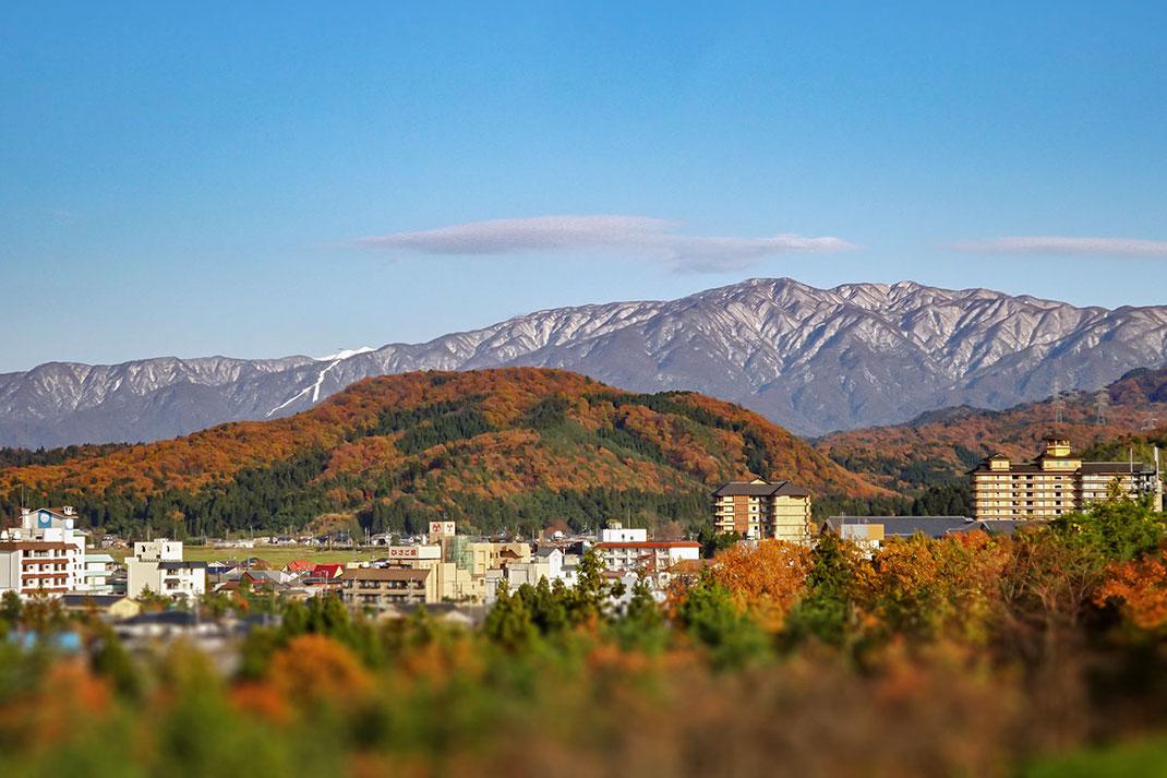 百年余の歴史ある月岡温泉街と二王子岳(小柳はじめ撮影)