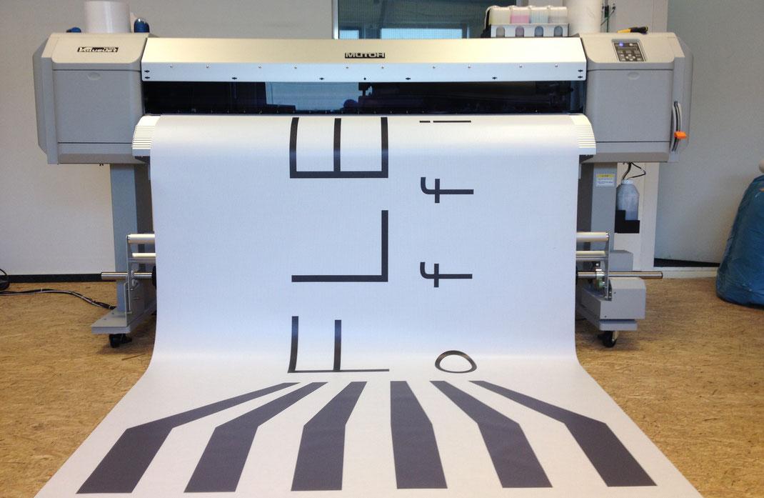 Mutoh Valuejet Großformatdrucker mit 160 cm Druckbreite bei Luezidigital Medienproduktion und Druckerei für Großformatdruck, Offsetdruck und Digitaldruck in Hamburg