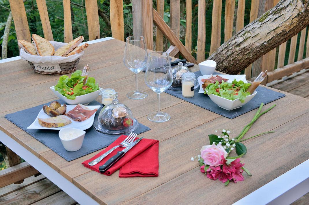 La Cabane Haut-Charmes en Dordogne vous propose son service repas avec produits locaux © Michel Blot