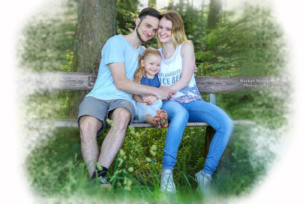 im rems-murr-kreis entstand dieses foto, ein familienshooting, sprich familienbild in der natur im frühling in der Nähe von welzheim, zwischen burgholz und mannholz, auf der homepage https://markus1.de zu sehen von fotograf markus metzger, fotograf aus al