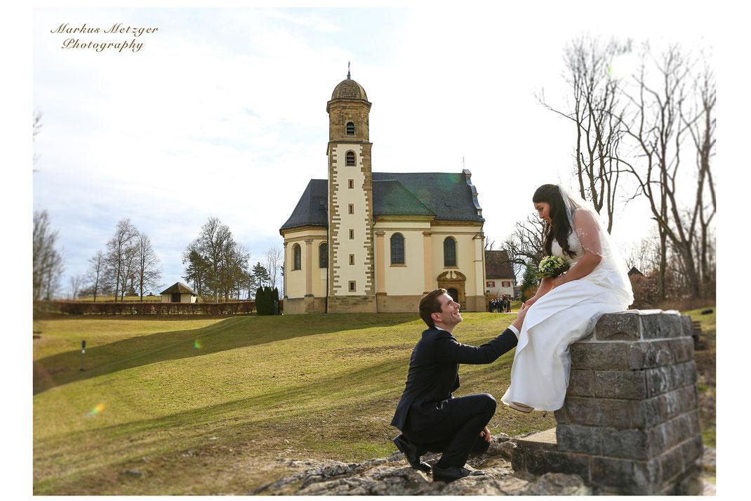 Hochzeit am Rechberg im Ostalbkreis, Brautpaar vor der Kirche; Foto wurde beim Hochzeitsshooting – als Hochzeitsfotograf – aufgenommen