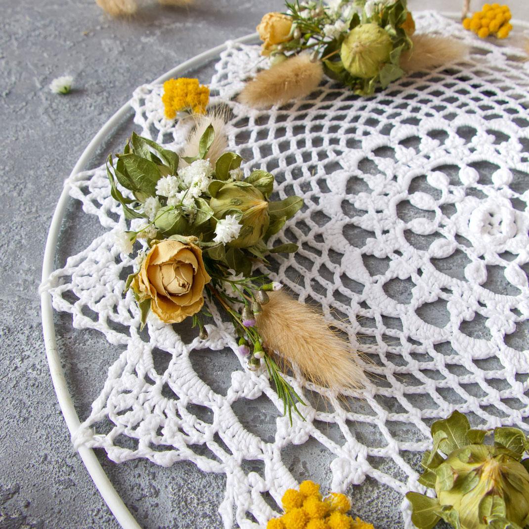 Kleine Sträusschen aus getrockneten Rosen, Schleierkraut, Pampasgras