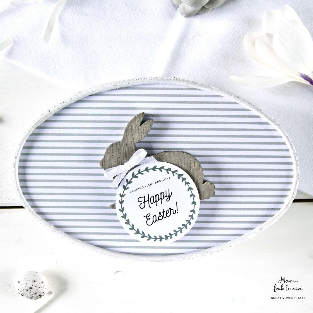 Dose aus Karton mit grau-weiss gestreiftem Deckel Osterhase und Ostergruss