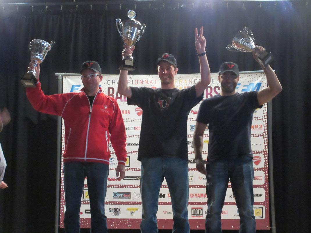 Au centre : Maxime METTRA très loin devant ; à Gauche, David SAINJON à 2min du vainqueur ; à droite, moi, à 10 secondes de David : Podium SPORT2