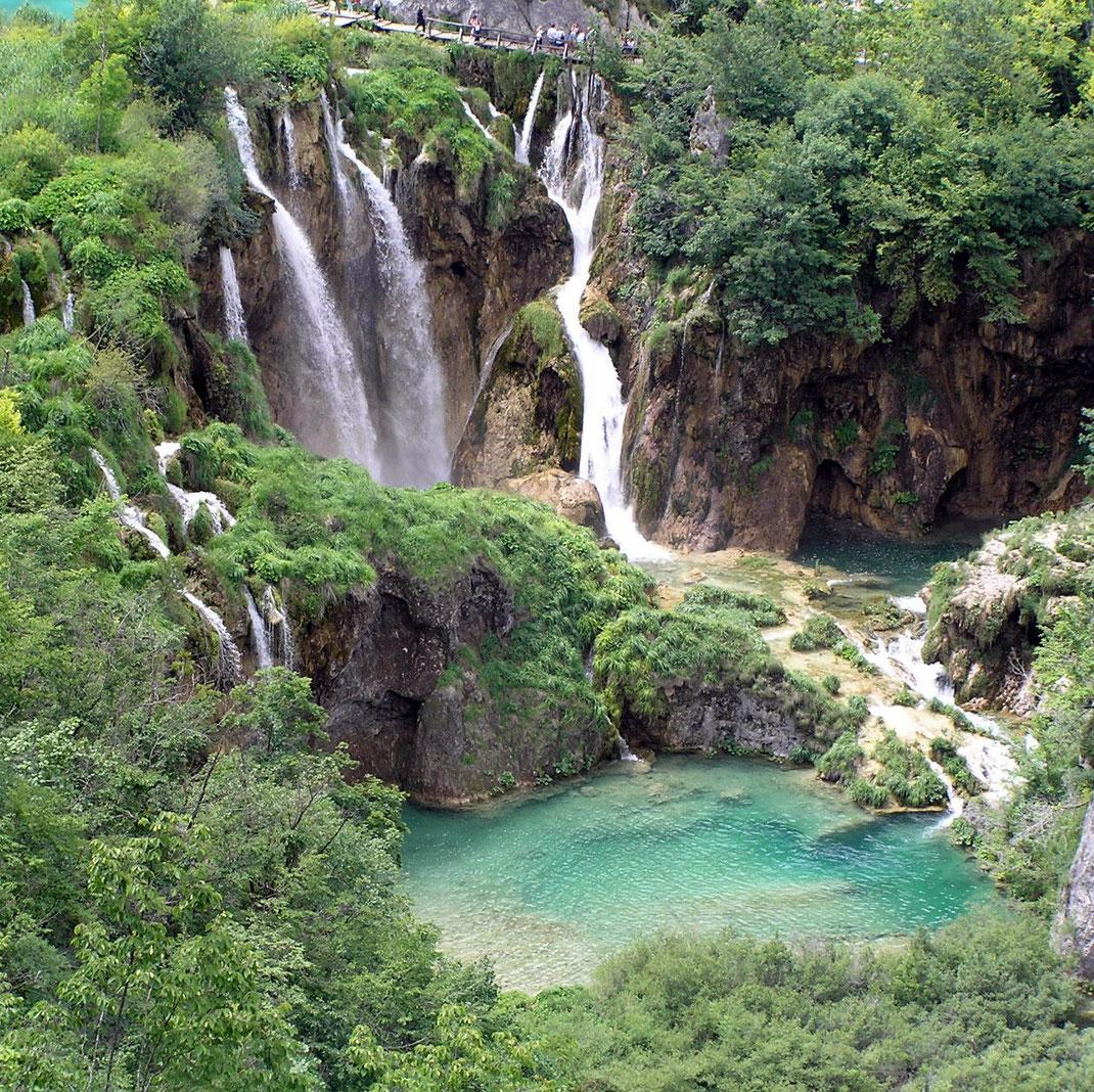 Die Plitvice-Seen mit den wunderschönen Wasserfällen zählen zu einen der schönsten Naturplätzen Kroatiens