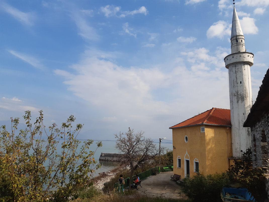 Das albanische Hinterland ist noch heute sehr traditionell geprägt mit wilden Landschaften, mystischen Klöstern, Kirchen und Moscheen. Fotos: Thomas Prinz