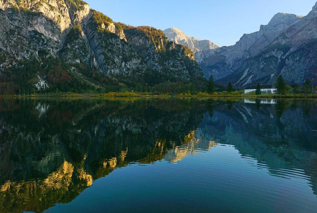 Der Almsee am Rande des Toten Gebirges sind einer der Naturschätze Oberösterreichs