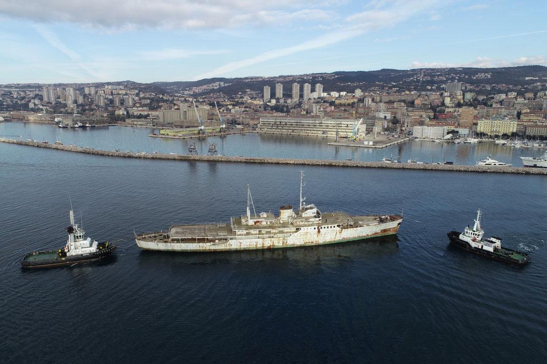 Titos schwimmender Amtssitz - die GALEB - wird in den Hafen zur Renovierung gezogen / alle Fotos: www.rijeka2000.eu