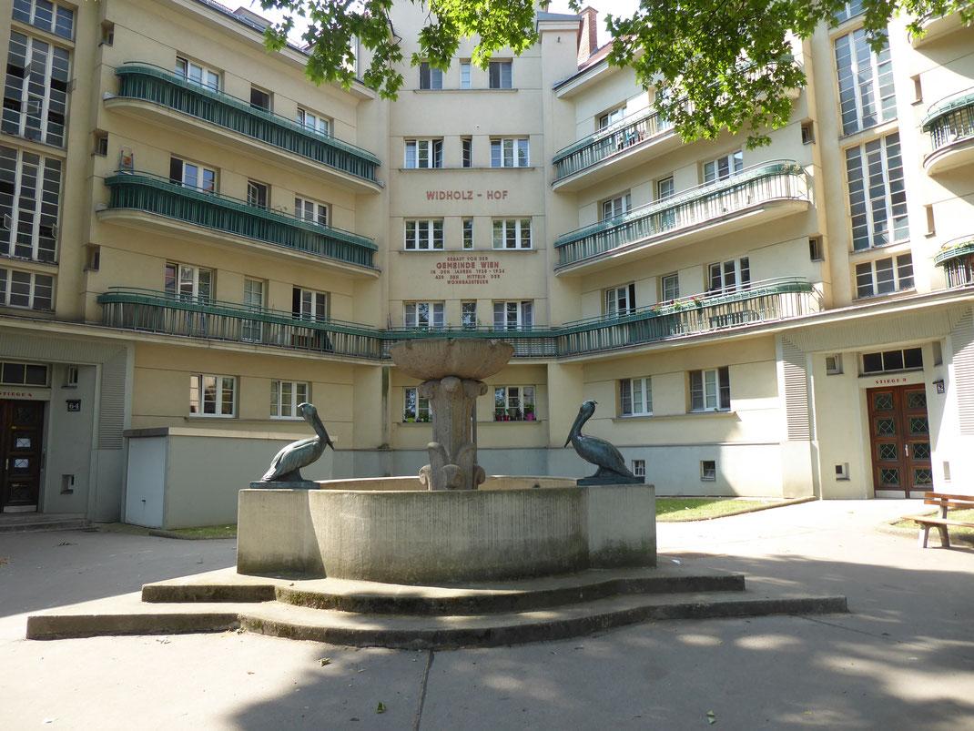 Der Pelikanbrunnen im Widholz-Hof, einem der ersten Gemeindebauten des Roten Wiens der 1920er Jahre / Foto: Marco Vanek