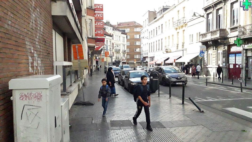 eine Nebenstraße in Alt-Molenbeek; Kleinhändler domieren den Straßenzug