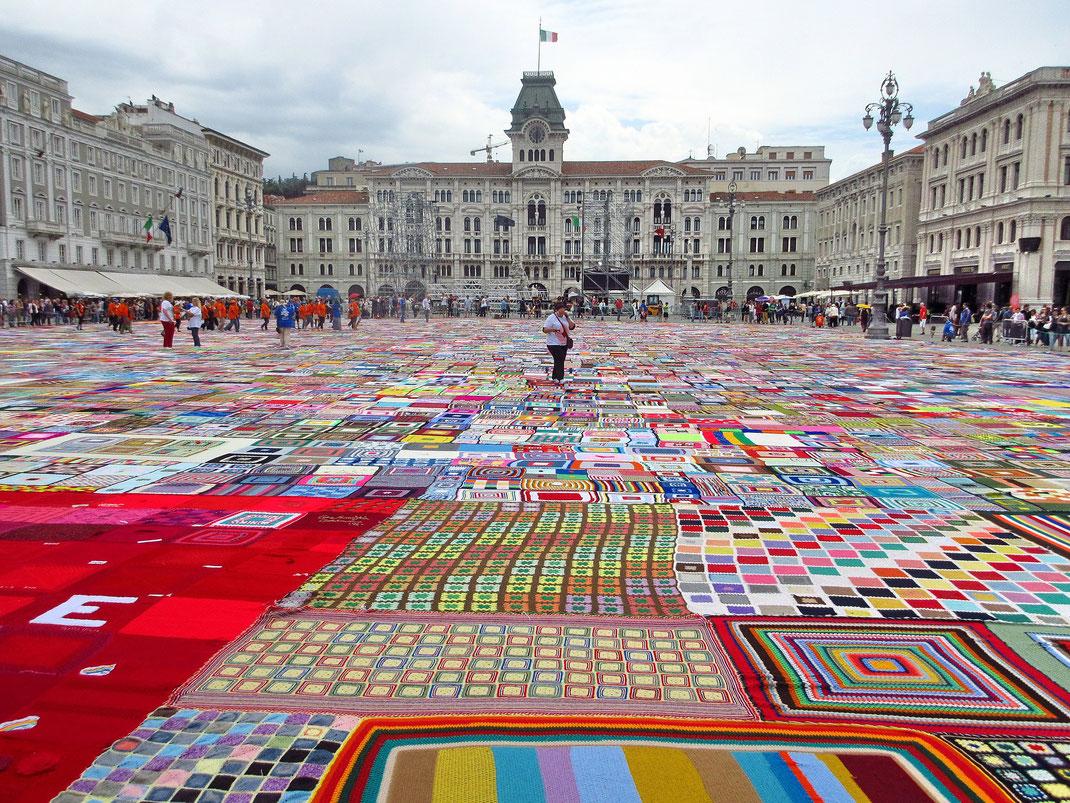 Die Piazza Unitá d'Italia zählt zu den schönsten Hauptplätzen der Welt und ist von Zeit zu Zeit ein Ort für Kunstinstallationen