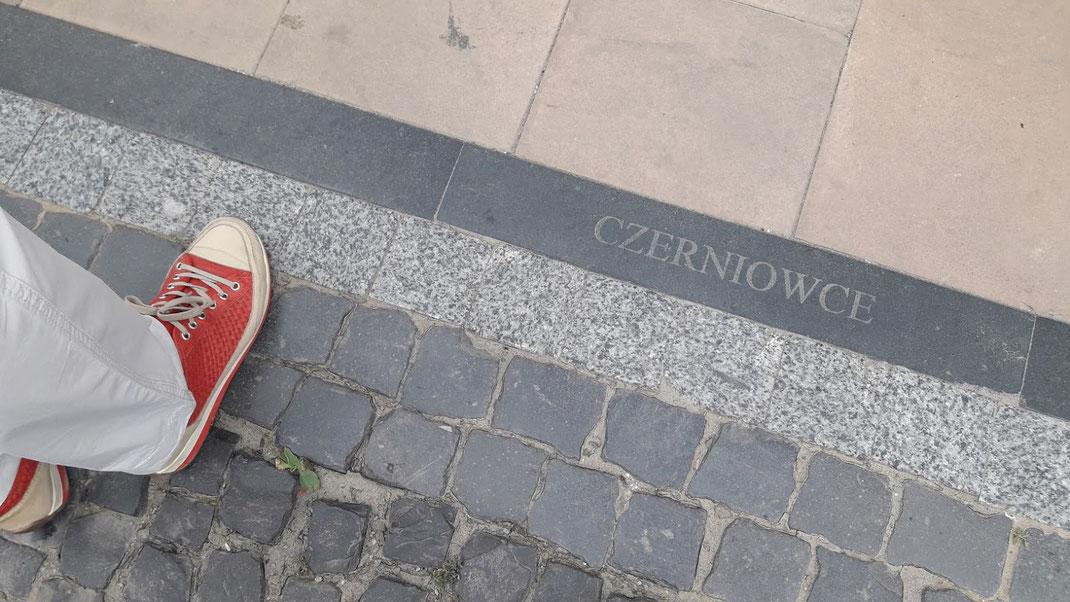 Die Stadt hat viele Namen: auf Deutsch Czernowitz, auch Tschernowitz, ukrainisch Чернівці Tscherniwzi; russisch Черновцы Tschernowzy, rumänisch Cernăuți, polnisch Czerniowce, jiddisch טשערנאָװיץ Tschernowitz, hebräisch צֶ׳רנוֹבִיץ Tschernowitz)