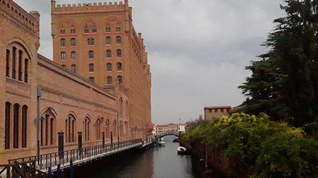 Die Molino Stucky war früher die größte Mühle Venedigs und beherbert heute das Hilton. Von der Terrasse gibt es einen wunderbaren Blick über das Häusermeer der kleinen Insel.