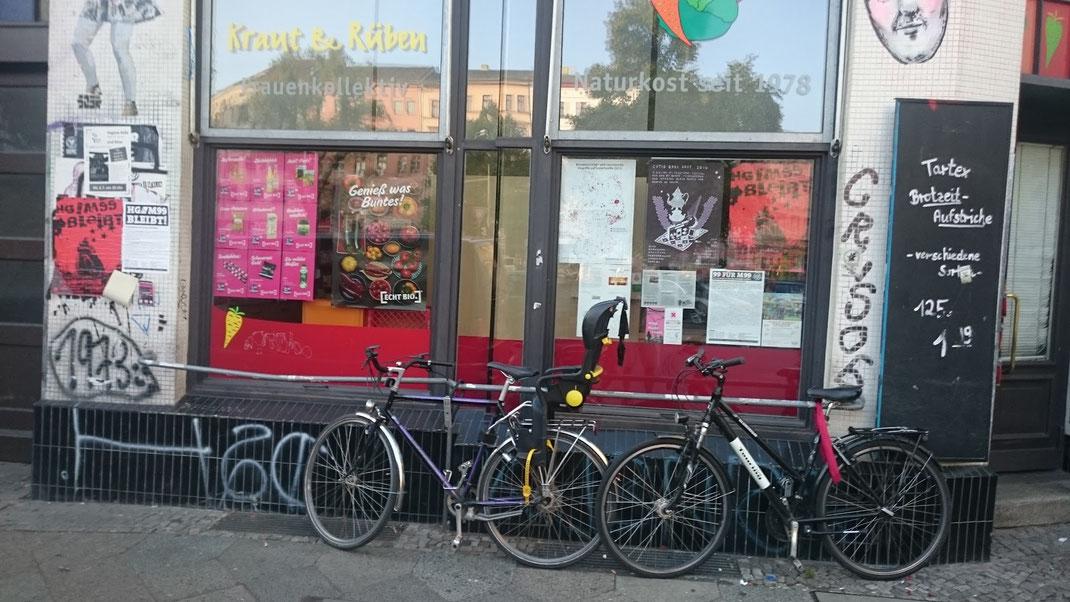 In Berlin prallen vielerorts die lokalen Subkulturen auf die gegenwärtig dominierende Kommerzkultur.