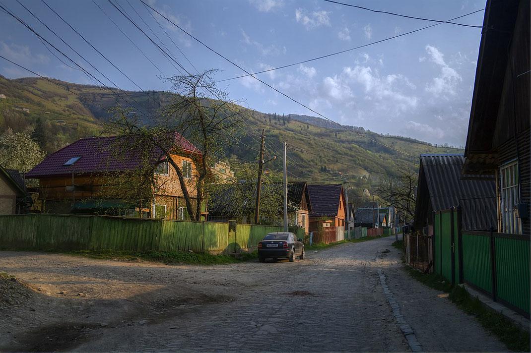 Eine Siedlung im ukrainischen Rakhiv, in den Waldkarpaten