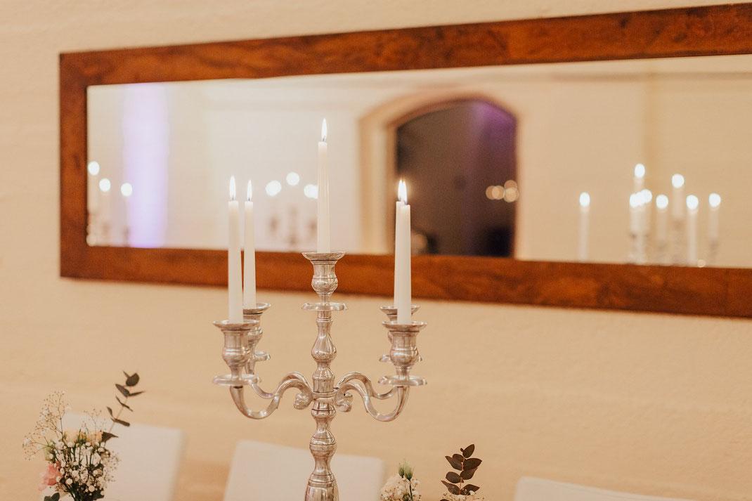 schöner Kerzenständer vor Spiegel