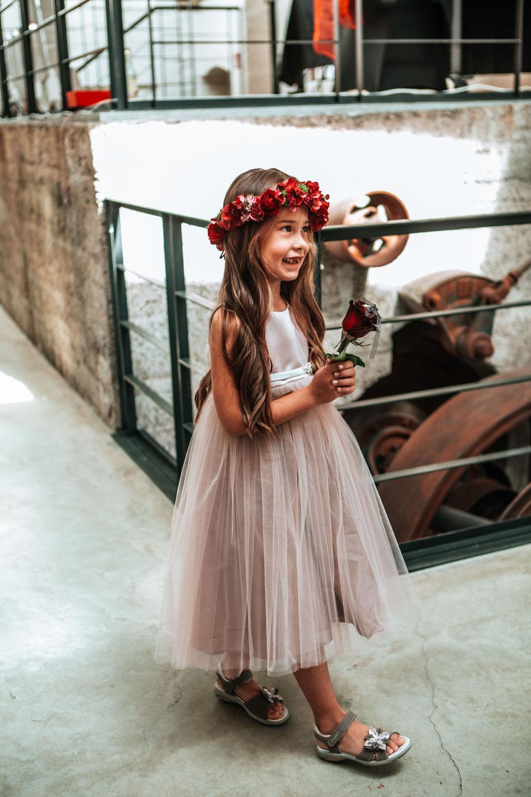 Das Blumenkind bringt dem Brautpaat die Ringe in einer Rose - Ringe vom Schmuckgarten Thomas Göbel