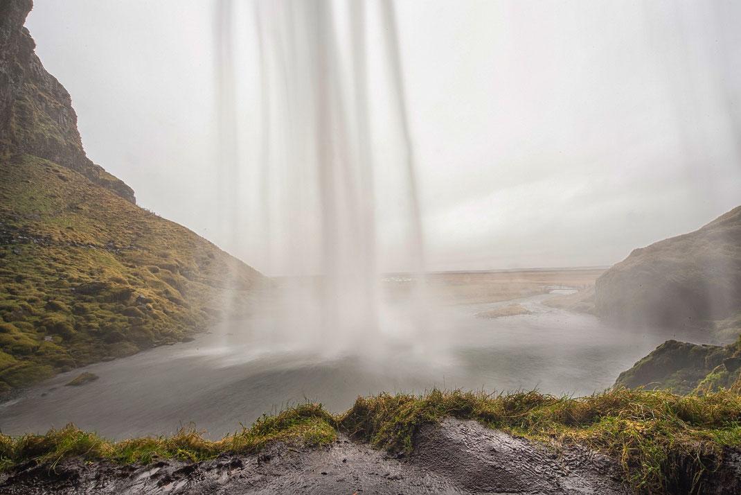 Island, Seljandsfoss, Wasserfall, Süden, Ringstrasse, Regen, beleuchtet in der Nacht, hinter dem Wasserfall durchgehen