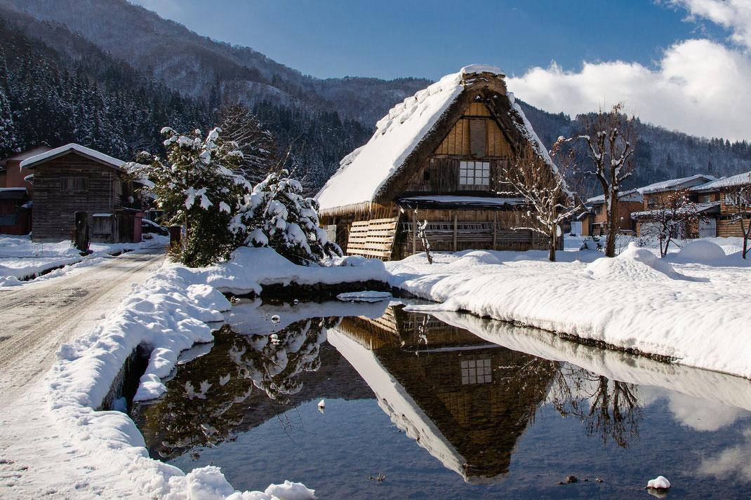 Shirakawago village japonais enneigé