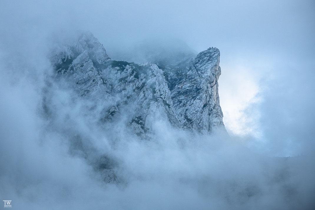 Die Berggipfel der julischen Alpen ragten immer wieder beeindruckend aus den Wolkenschichten hervor (B2204)